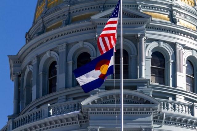 Денвер. Флаг Колорадо и США