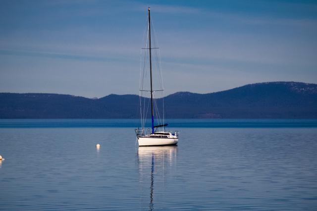 Озеро Тахо (Lake Tahoe). Чья-то яхта дожидается своего владельца