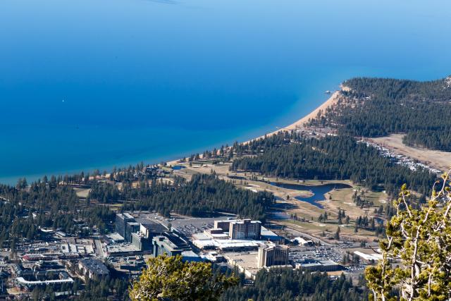 Вид с Heavenly на озеро Тахо, South Lake Tahoe и Stateline