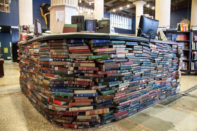 The last bookstore. Лос-Анджелес Последний книжный магазин. Стойка кассиров