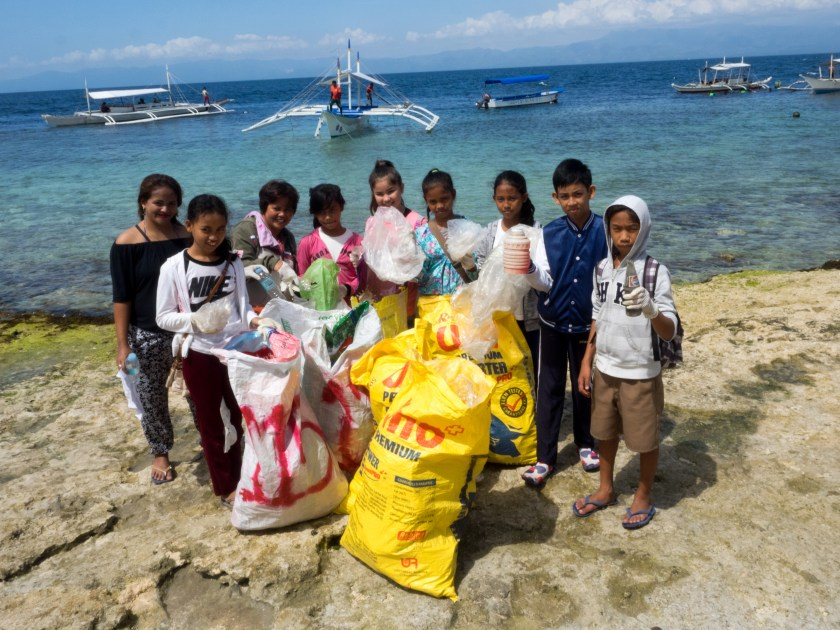 children volunteering at the Moalboal Community and Beach Clean Up