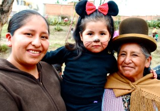 Bolivia: Clara with her daughter Naomi and mum Carmen.