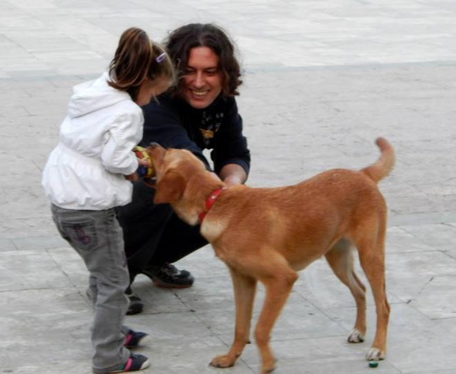 Fotoğraf:Ayşegül Aksu Baba kızına toplumsal sorumluluk altındaki köpekleri sevmeyi öğretiyor.