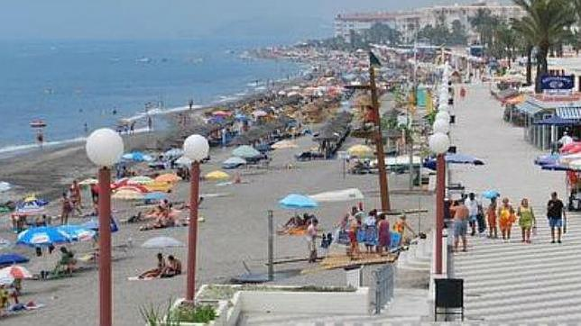 Prohibido reservar sitio en la playa con sillas y sombrillas