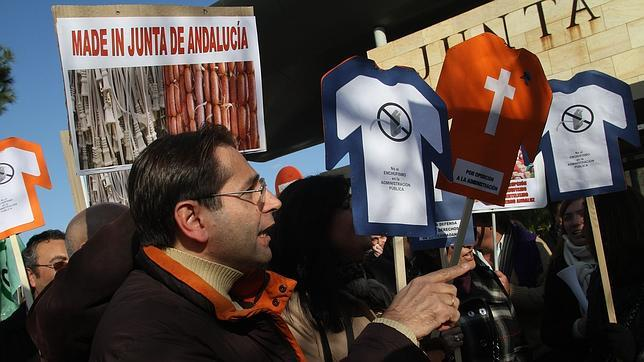 Díaz sigue sin recortar la administración paralela