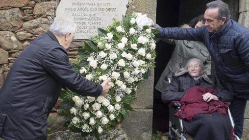 El alcalde de Láncara y el anterior alcalde, Eladio Capón acompañados por la prima de Fidel Castro, Manuela Argiz, de 103 años, depositan una corona de flores en la casa natal de Ángel