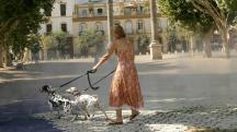 Una mujer pasea a sus perros por la Alameda de Hércules