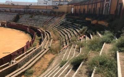 Concentración en Écija para exigir la rehabilitación de la plaza de toros
