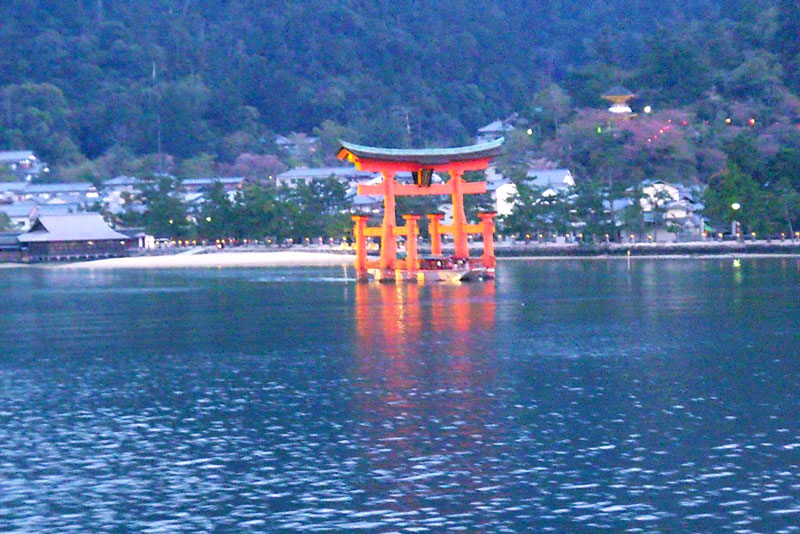 Tori flutuante visto do mar - ilha de miyajima