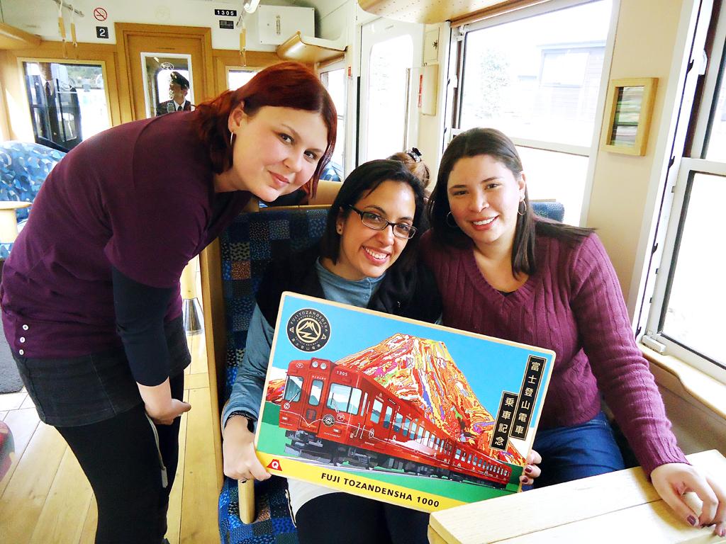 Pose das amigas no trem turistico para kawaguchiko