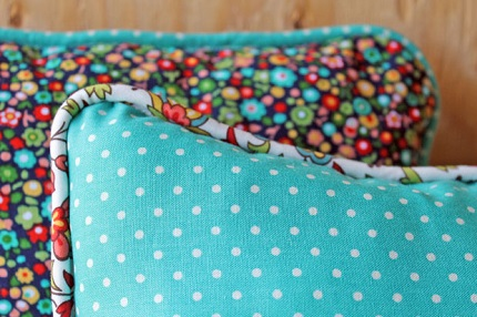 Tutorial: Throw pillow trimmed with custom made piping