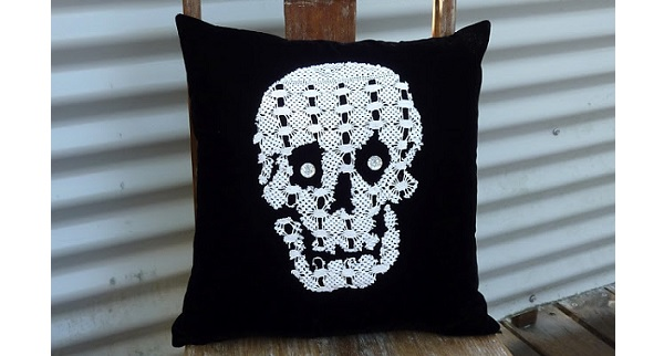 Tutorial: Doily skull Halloween pillow
