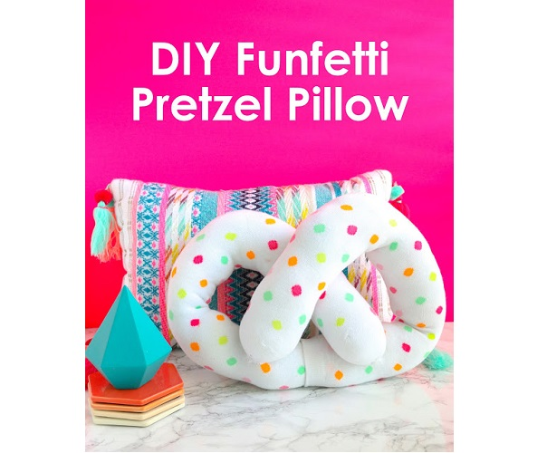 Tutorial: No-sew squishy pretzel pillow