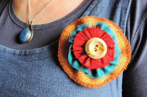 Tutorial: Colorful scrappy fabric flower brooch