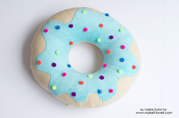 Tutorial: Donut pillow with pom pom sprinkles