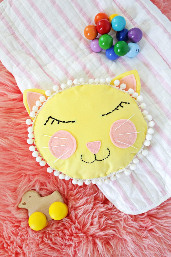 Tutorial and pattern: Cat face pillow with pom poms