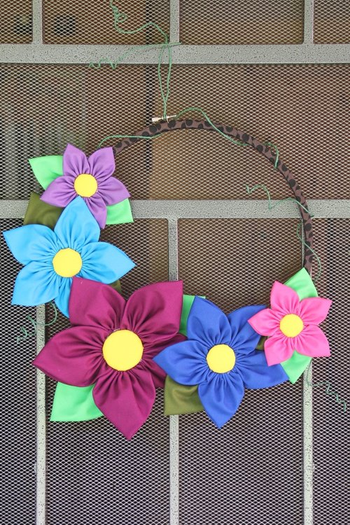 Tutorial: Fabric flower embroidery hoop wreath