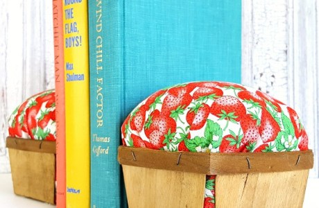 Tutorial: Berry basket bookends with vintage fabric