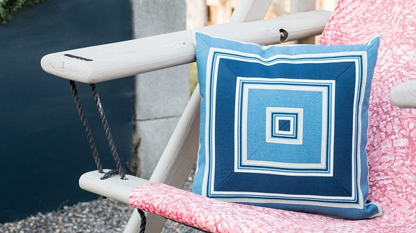 Video tutorial: Mitered square pillow using striped fabric