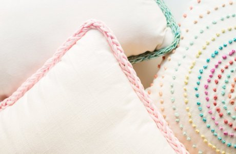 Tutorial: Finger knit trimmed pillows