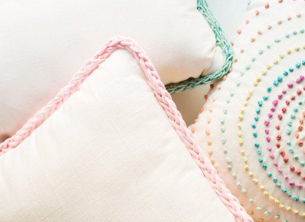 Tutorial: Finger knit trimmed pillows