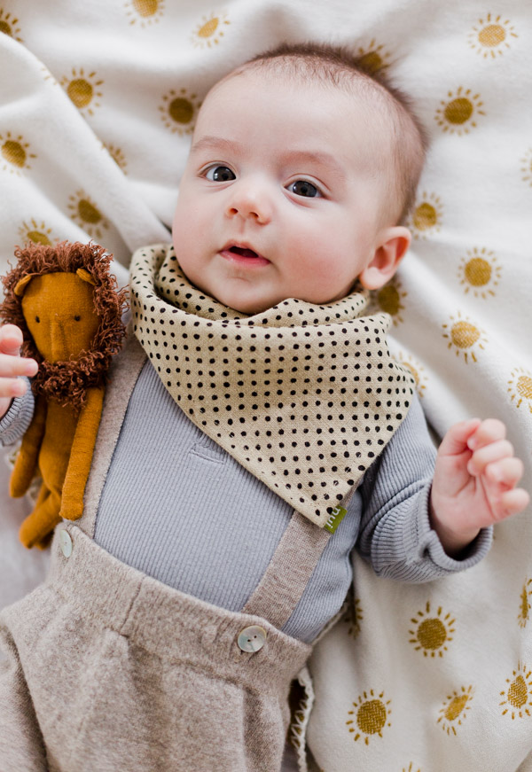 Sewing tutorial: Bandana baby bib from a napkin