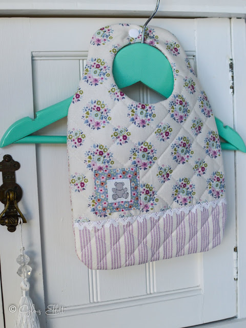 Free sewing pattern: Quilted baby bib