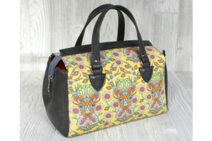 The Louise Barrel Bag is a stylish and unique take on the timeless barrel bag. The extra long zipper opens wide for easy access and gives the bag its classic shape by snapping to the sides. One interior pocket holds any small items and the pattern includes an optional shoulder strap in addition to the handles. Instructions are included for using both vinyl and woven fabrics.