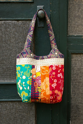 Here's another great FREE pattern and tutorial. This Indie style purse has a pleated body, a magnetic snap closure, a natural linen band with hand stitches, a shaped top and two straps to be worn over your shoulder.