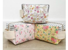 The Little Clover Pouch is perfect for the beginner sewer. It's a simpleproject that comes with a FREE pattern. This zipper pouch can be made to hold all kinds of things in life, including storing sewing notions and other small accessories.