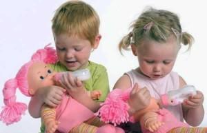дети играют в дочки-матери