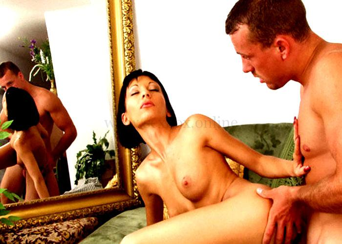 Секс-и-мастурбация-перед-зеркалом-Парень-трахает-девушку-и-наслаждается-видом-700x430