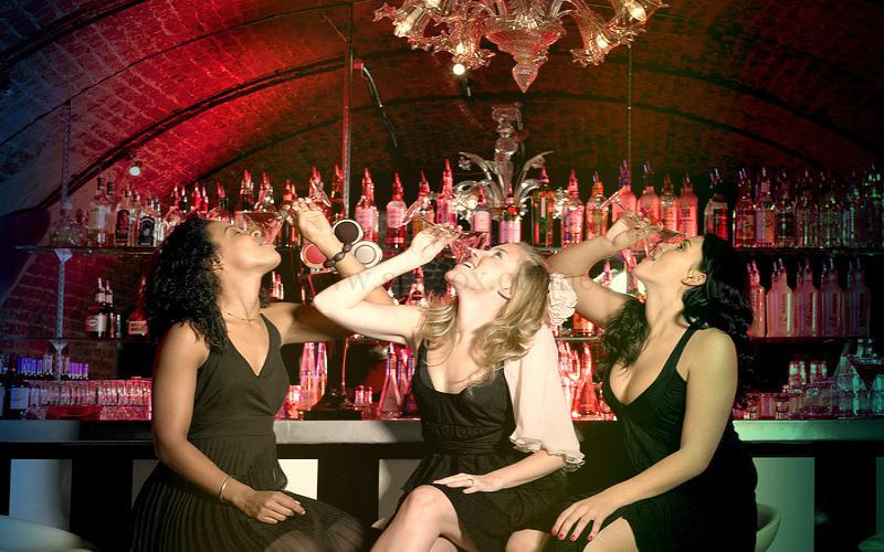 Фото: немного расслабиться перед секс-вечеринкой и не сесняться участия в оргии