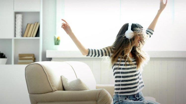 Οι νέοι κινδυνεύουν με κώφωση από τη δυνατή μουσική στα ακουστικά