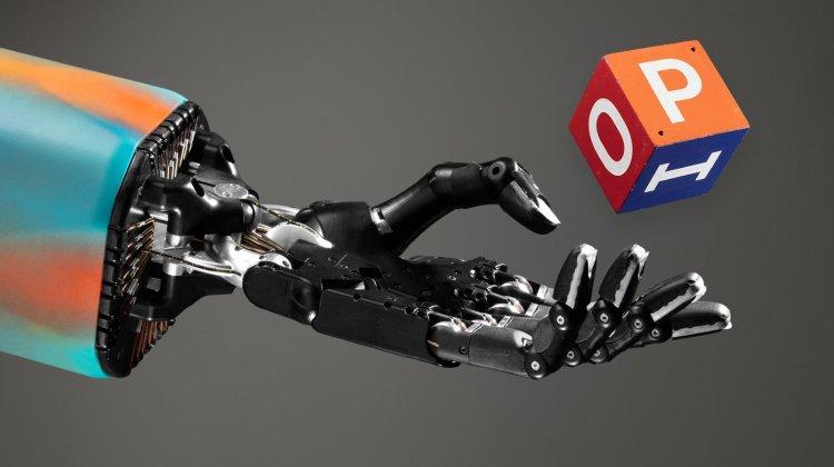 Ρομποτικό χέρι παίζει στα δάκτυλα έναν κύβο