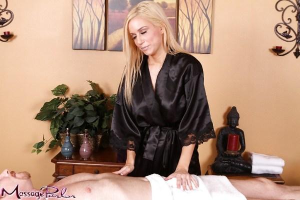 Светловолосая массажистка отсасыват у клиента и дает ему ...