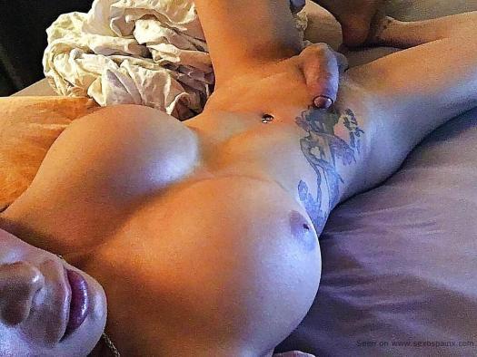 Visión superior de una travesti Bimbo desnuda con grandes senos y polla lista para ensartar al primer cándido que pille.