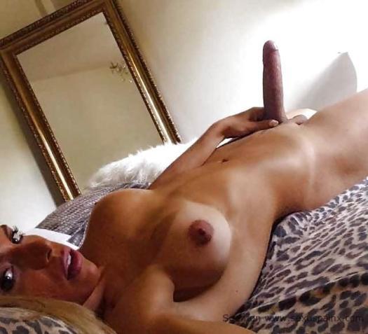 Desnuda travesti rubia antes de tener sexo y ensartar un culo prieto