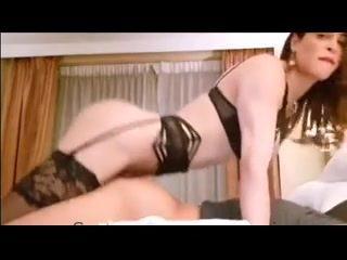 Transexual penetrando con su enorme verga hasta el fondo en el culo del gitano feriante