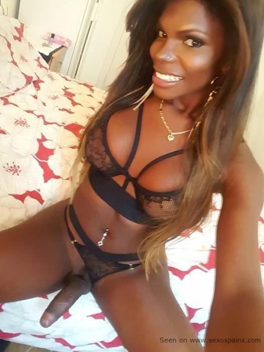 Desnudas travestis negras en lenceria mostrando sus atributos sexuales masculinos