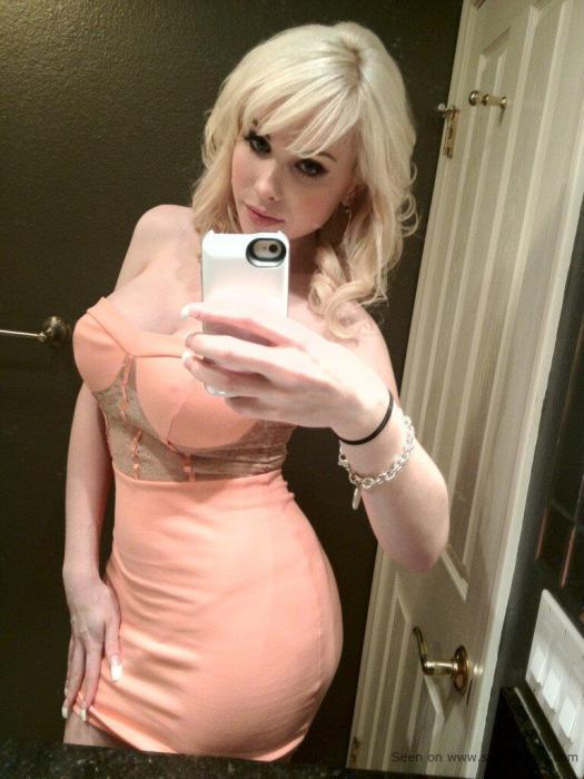 Guapa mujer rusa que bien puede ser que bajo el vestido se asome un pene gigante.