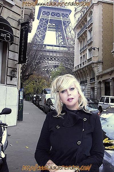 Travesti blonde mignonne aux gros seins se promenant dans Paris
