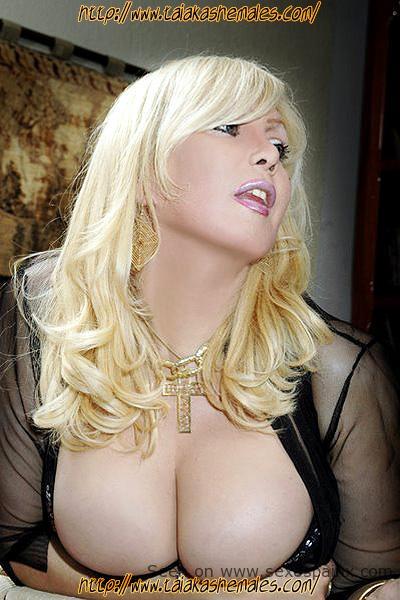 Carla Schwingel travesti pechos enormes en Valencia