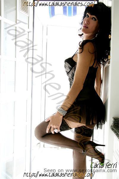 Transexual Carla Ferri en conjunto de lencería para mujer negro.