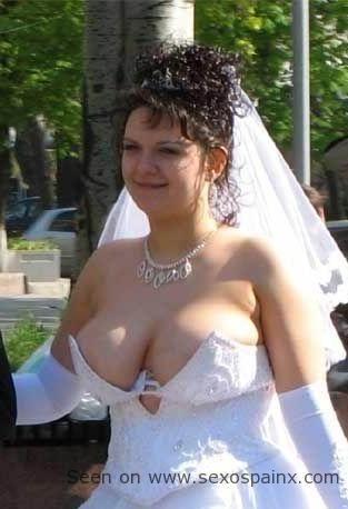Novia con las tetas grandes y le salen del vestido de novia.