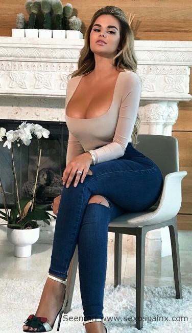 Entonces ya al atardecer con un modelo mas sensual Anastasiya Kvitko para la cena de gala y poder comer una cigala.