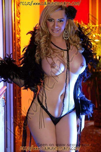 Travestis guapas con tetas grandes de Valencia Pamela Anderson en vestido de noche escaso.