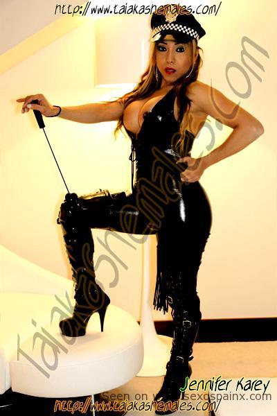 Modelos transexuales con grandes pechos y exuberantes cuerpos en botas y conjunto de cuero.
