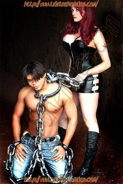 Transexuales en Aragon de Brasil Sindi Fox con su esclavo mazas.
