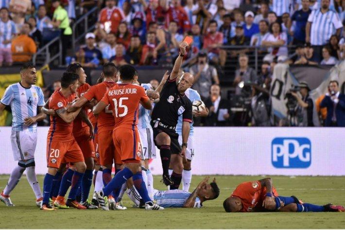 Lopes señala a Rojo y expulsión directa del defensor. Vía @canchallena